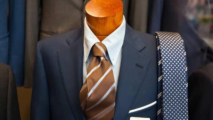 店頭のマネキンに着せられたスーツ
