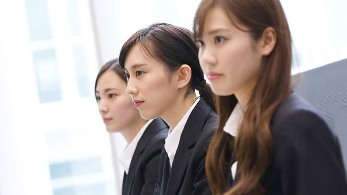入社式に参列する女性社員