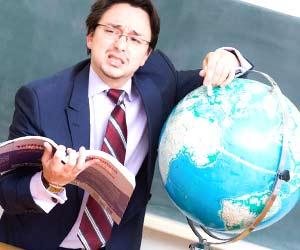 地球儀を指差しながら説明する講師