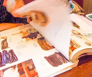 ファッション雑誌を開く
