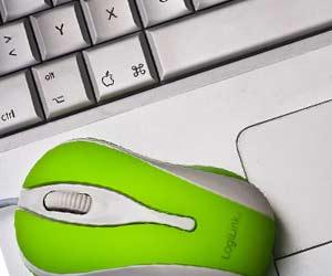 黄緑色のマウスとノートパソコン