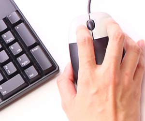 マウスを操作している手