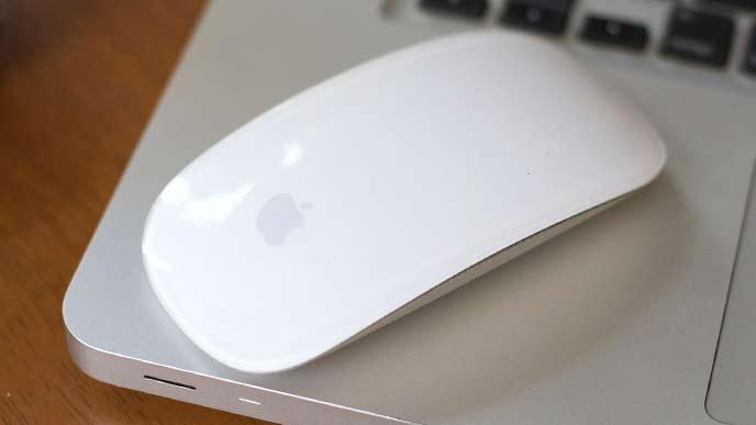 Macのワイヤレスマウスとノートパソコン