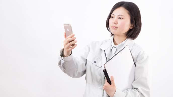 名刺管理アプリを使う女性の現場監督