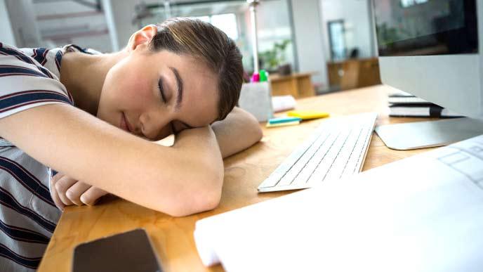会社で昼寝をしている女性社員