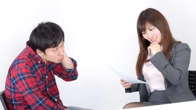 男性上司と会話する女性社員