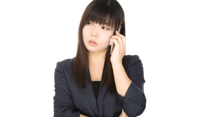 電話で話している女性社員