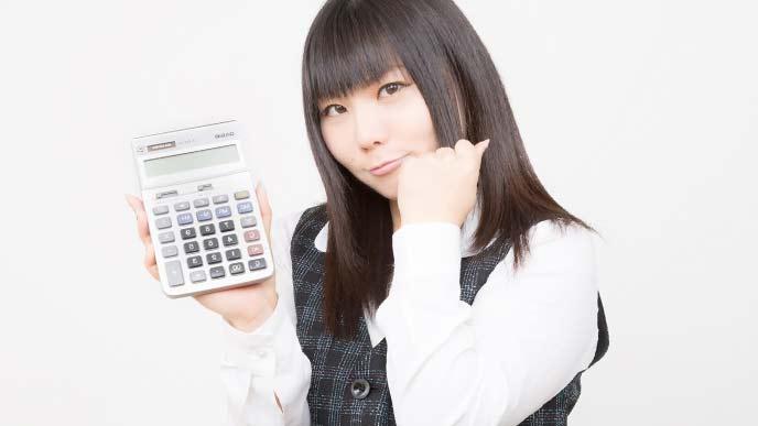 電卓を持ち計算をしている女性アルバイト