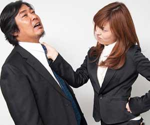 職場で男性の胸ぐらをつかむ女性