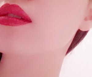 赤い口紅が目立ちすぎの女性