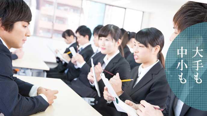 OB訪問で話を聞く就活学生