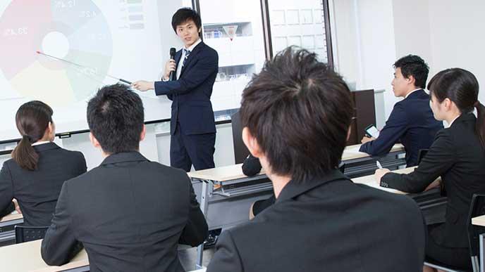 企業研究する学生達
