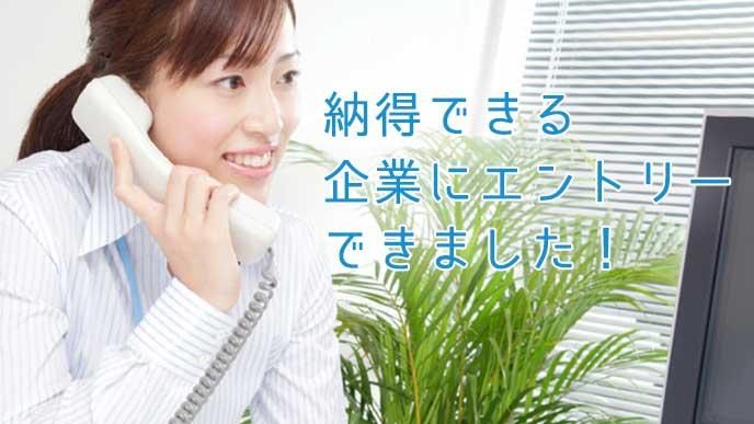 電話応対をしている女性社員