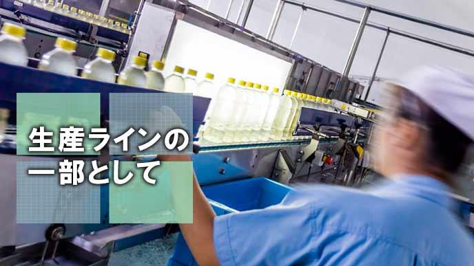 工場の生産ラインで働く男性