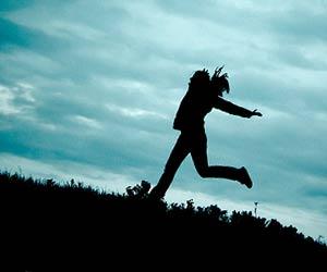 曇天の下を走る