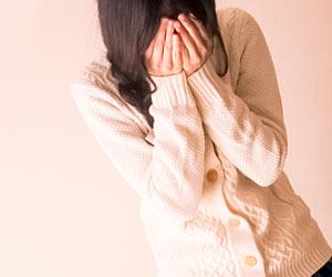 顔をで手で覆い泣く女性