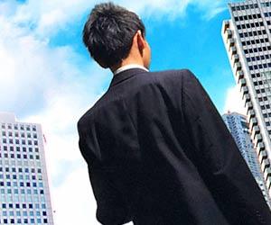 ビジネス街を就活する学生