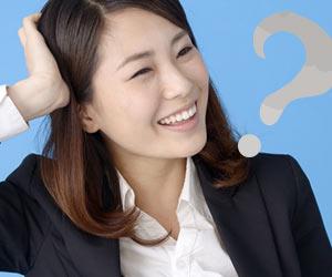 照れ笑いする女性社員