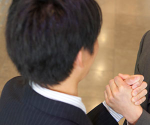 手を握る男性社員