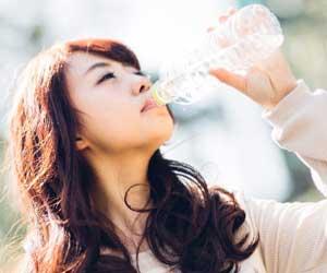 水を飲んでいるキャリアウーマン