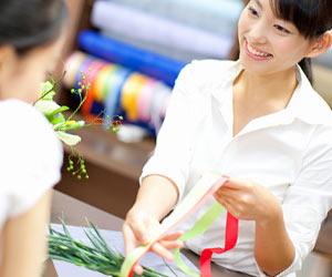 花束を作る店員