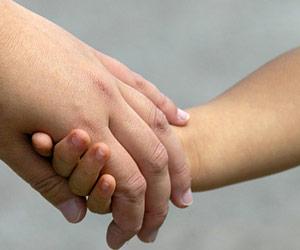子供の手をとる母親