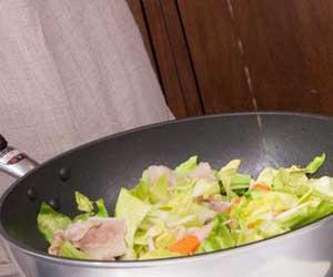フライパンで調理している野菜炒め