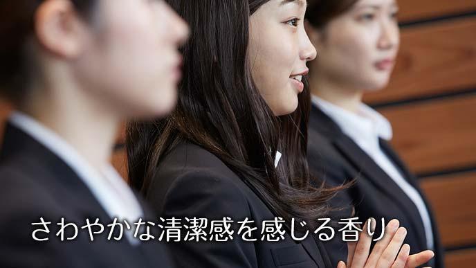 面接を受ける女子学生