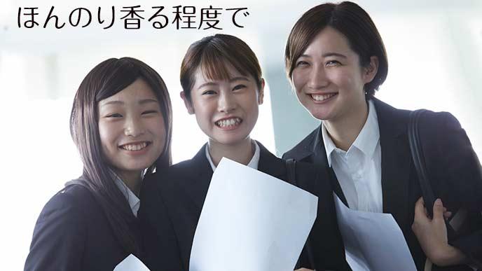 笑顔で並んで立つ就活中の女子学生