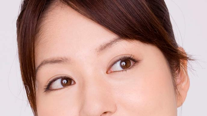 自然な眉毛の女性