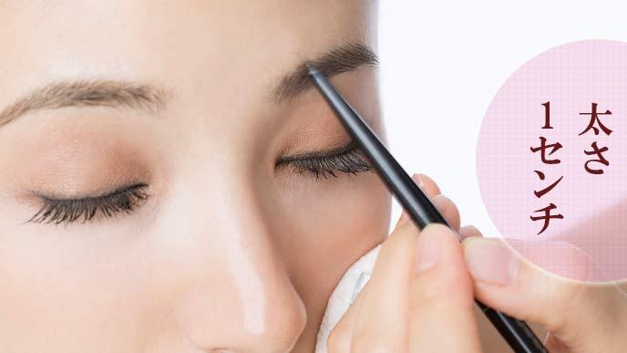 眉毛を塗る女性