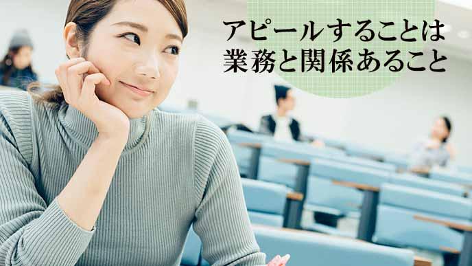 教室で休む女子学生