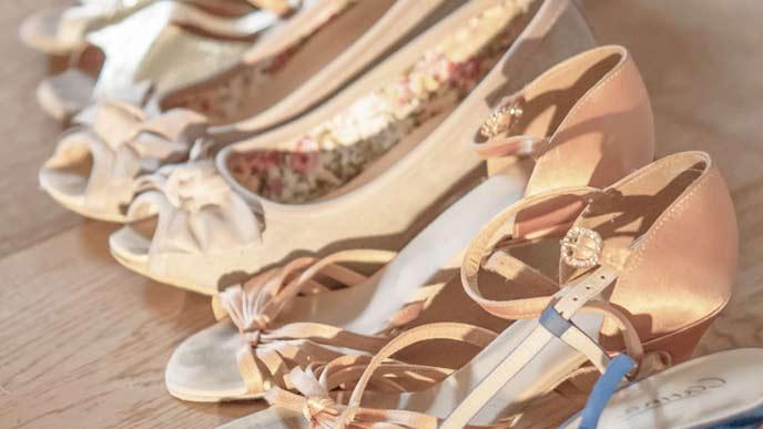 靴を並べて乾燥させる