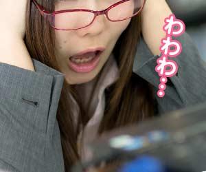 電話をしながらパニックになっている女性事務員