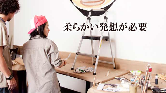 壁に絵を描く職人