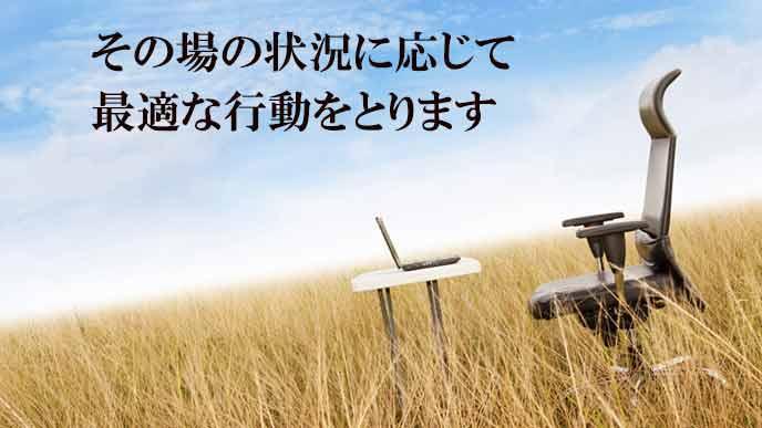 麦畑の中に置かれたデスクと椅子とパソコン