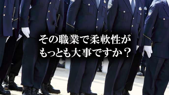 警察官が整列している