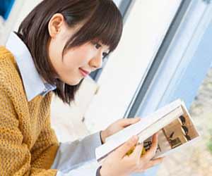 本を読む女子学生