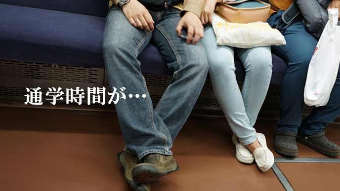 電車の座席にすわる人々