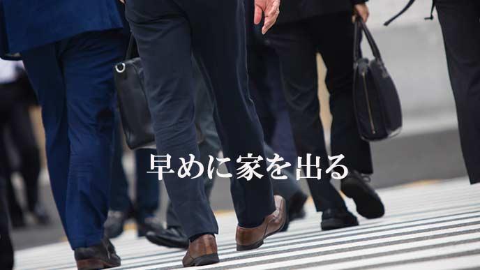 横断歩道を渡る勤め人