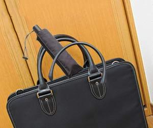 折りたたみ傘をバッグに入れる