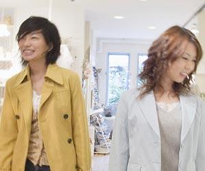 年上の女性と一緒に買い物する学生