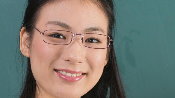 細いフレームの眼鏡をかけた女性