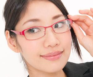 赤いフレームの眼鏡をかけた女性