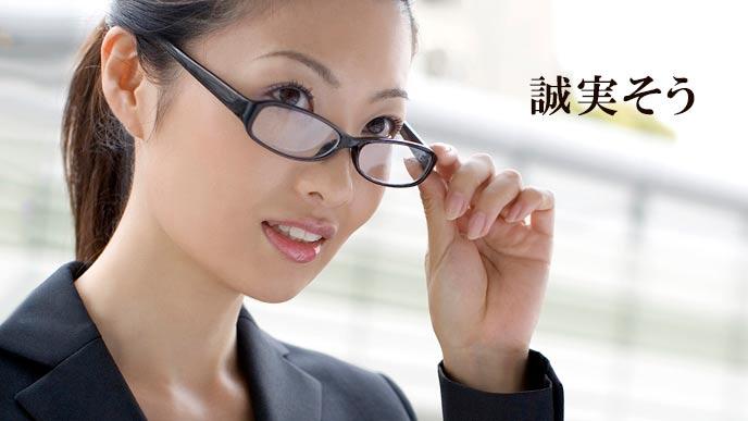 眼鏡をかけたスーツ姿の女性