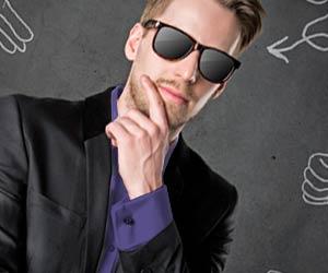 紫のシャツを着たビジネスマン