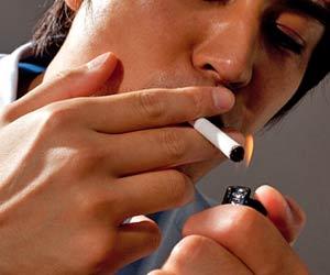 タバコに火をつける男性