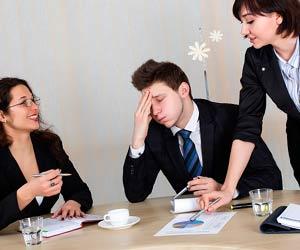 会議中の男性が女性の香水に辟易している