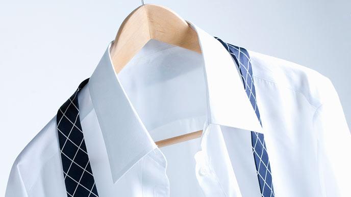 ワイシャツは無地、白一色