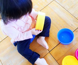 チャイルドコーナーで遊ぶ幼児